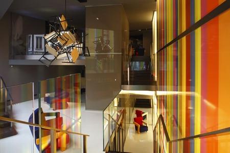 Cassina pour les designers days 2008 Arik levy crée un lustre avec des chaises Superleggera de Gio Ponti