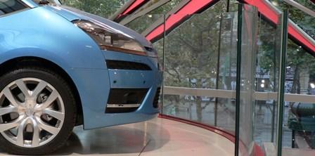 Une Citroën C4 devant les immenses chevrons de la façade du C42