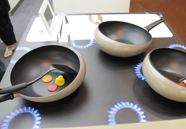 boomerang wok boomerang wok ippinka bulbous cooking pans boomerang wok boomerang wok perfetto. Black Bedroom Furniture Sets. Home Design Ideas