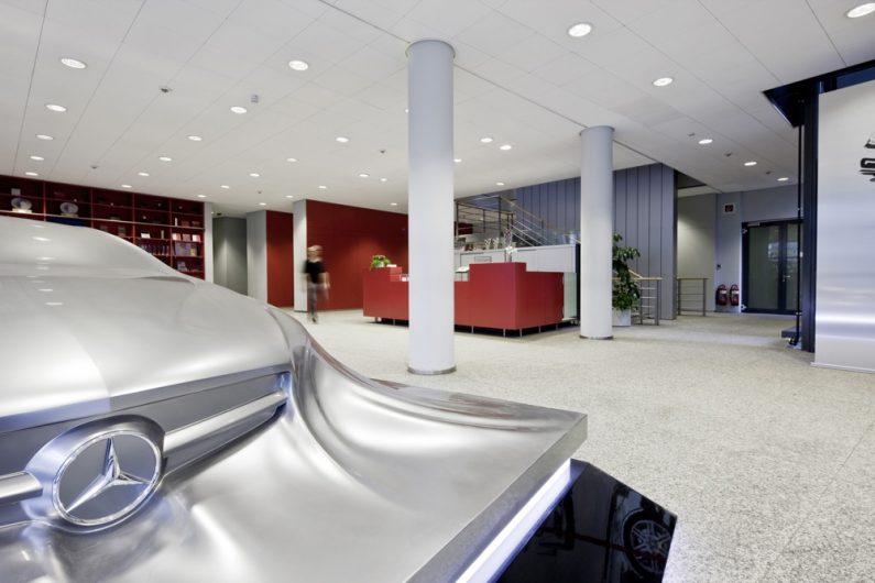 Das Mercedes-Benz Design Center in Sindelfingen mit der Detroit-Skulptur, die die neue Formensprache von Mercedes-Benz ankündigte. // The Mercedes-Benz Design Center in Sindelfingen with the Detroit sculpture which heralded Mercedes-Benz's new design idiom.