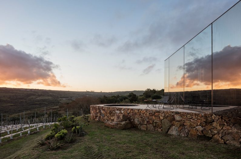 MAPA préfabrique un hôtel minimaliste en plein vignoble Uruguayen